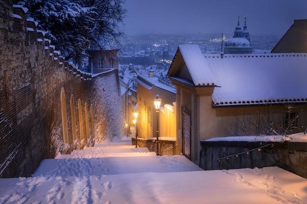 Escaliers menant au château de prague recouvert de neige