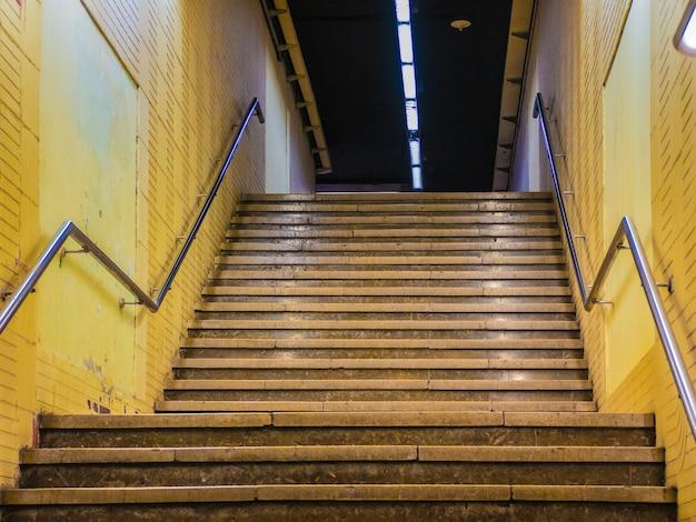 Escaliers de métro dans la ville de barcelone.