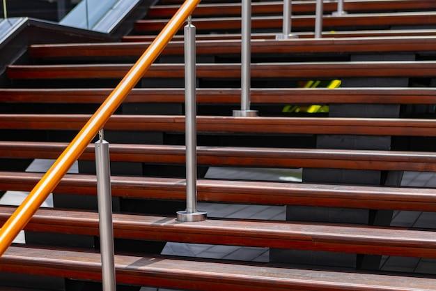 Escaliers modernes de construction de ville menant à l'étage personne