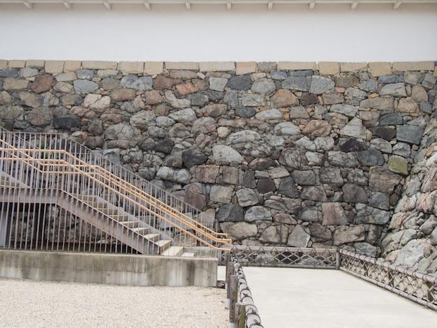 Les escaliers et le mur extérieur du bâtiment.