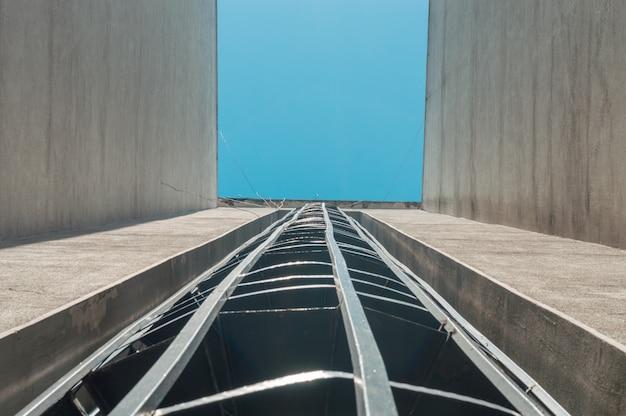 Escaliers de secours sur un extérieur du bâtiment avec un ciel bleu au-dessus