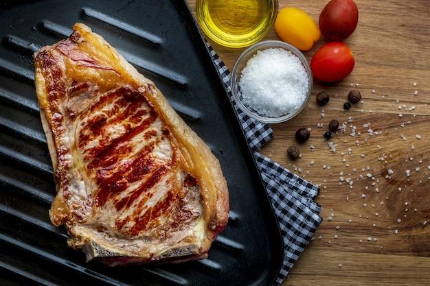 Escalope de bœuf rouge (vache, génisse, veau) cuite sur le gril. vue de dessus.