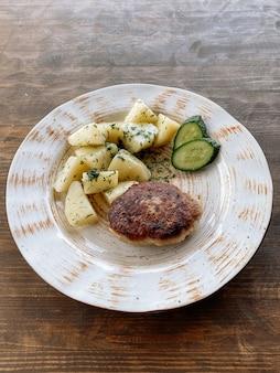 Escalope de poisson avec pommes de terre et légumes. escalope de brochet aux herbes et légumes