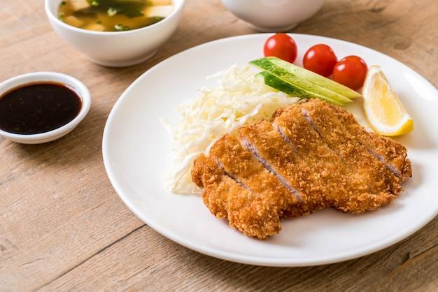 Escalope de porc frite japonaise (ensemble tonkatsu) - style de cuisine japonaise