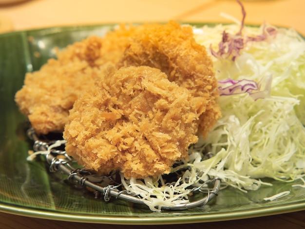 Escalope de porc panée plat occidental populaire de style japonais avec du chou râpé