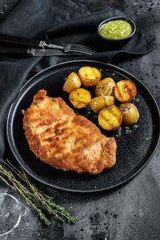 Escalope de poulet frit avec pommes de terre au four