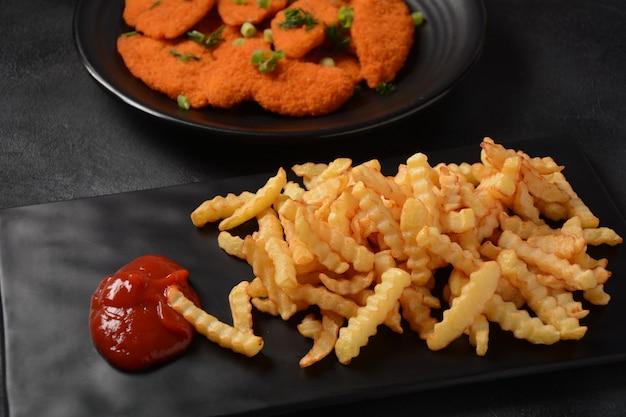 Escalope de poulet ou nuggets avec frites et ketchup