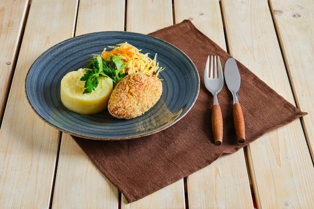 Escalope de poulet panée avec purée de pommes de terre et chou mariné