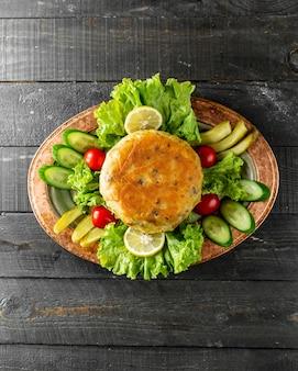 Escalope servie avec concombres et tomates