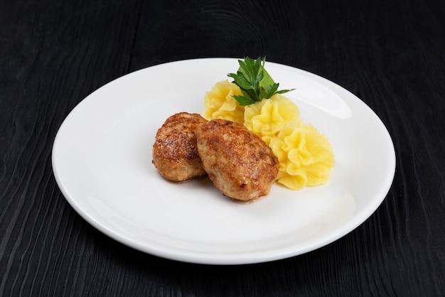 Escalope de viande de poulet avec purée de pommes de terre