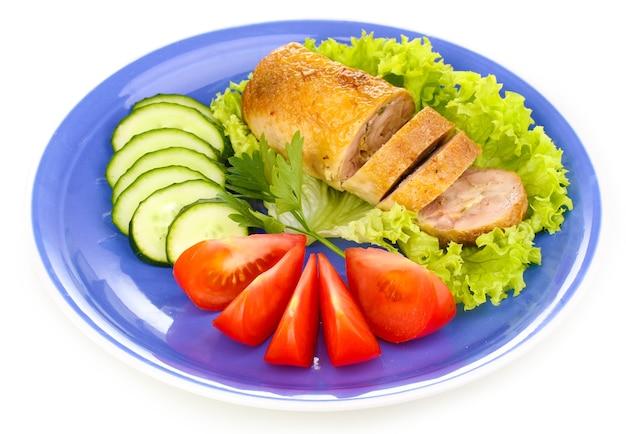 Escalope de viande savoureuse avec garniture sur plaque sur blanc