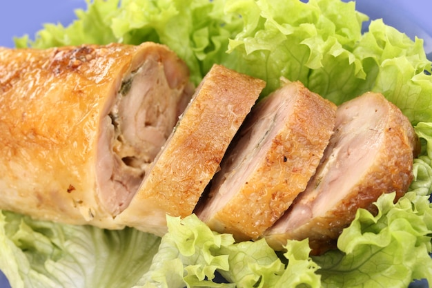 Escalope de viande savoureuse avec garniture sur plaque de gros plan