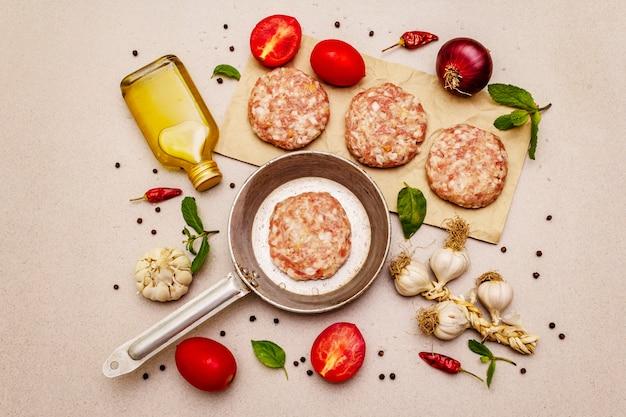 Escalopes crues, légumes frais, épices, huile d'olive. concept de cuisson pan, pique-nique ou barbecue vintage
