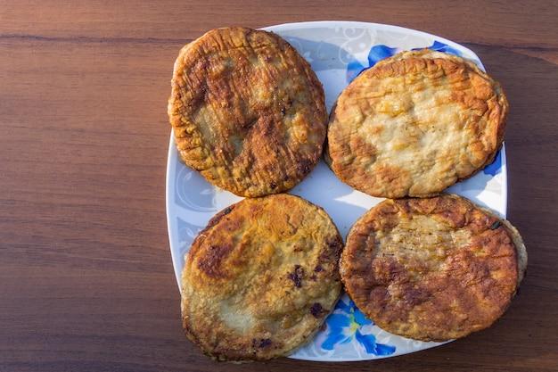 Escalopes frites dans une assiette sur table en bois. vue de dessus