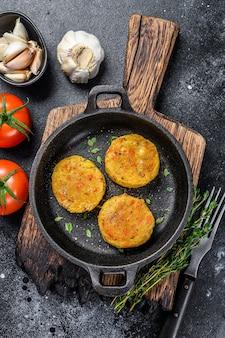 Escalopes de galettes de légumes au four pour hamburgers végétaliens. fond sombre.