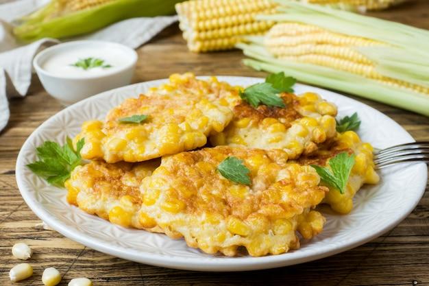 Escalopes de grains de maïs en conserve avec du persil sur une assiette.