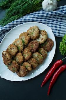 Escalopes de porc sur une assiette avec des légumes et des légumes