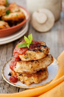 Escalopes de poulet au ketchup. nourriture faite maison. cuisiner des aliments sains. conseil rustique. image verticale.