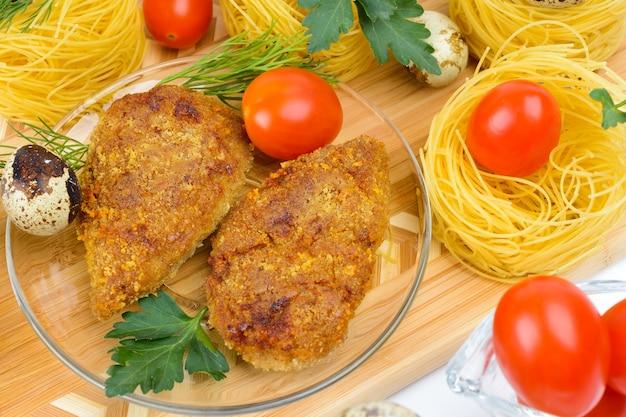 Escalopes de poulet hachées. servi avec de l'aneth et du persil.