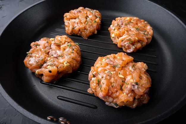 Escalopes de saumon asiatique rapide cru, sur fond texturé noir