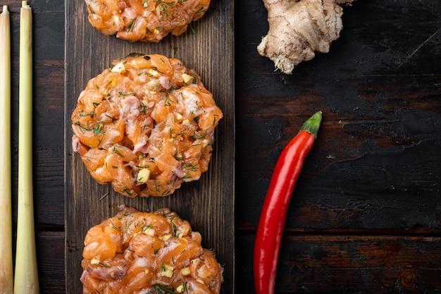 Escalopes de saumon asiatique rapide cru, sur la vieille table en bois, vue du dessus