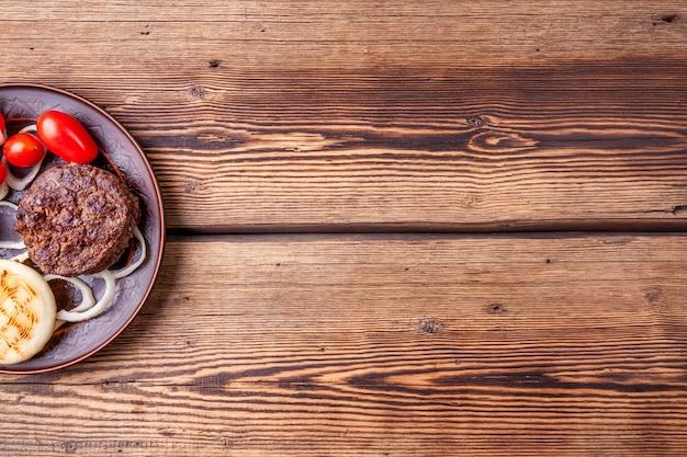 Escalopes de viande de hamburger fraîches grillées