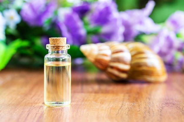 Escargot et bouteille d'huile