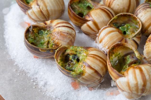 Escargots au four avec beurre à l'ail et herbes fraîches