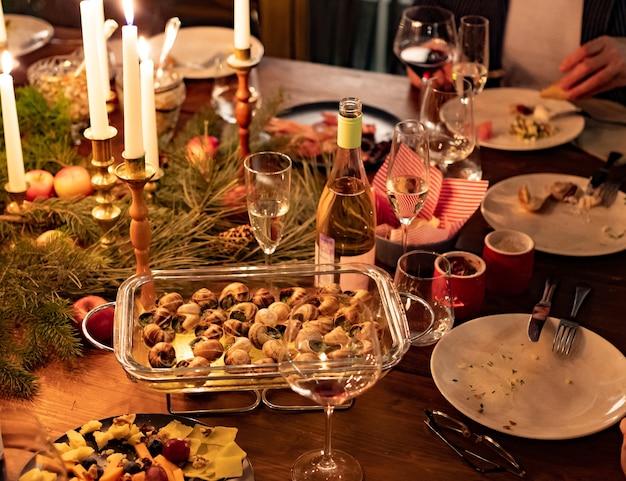 Escargots farcis au four pour un dîner aux chandelles. délicatesse. un rendez-vous romantique. plats originaux. lumière faible. mise au point sélective. noël et nouvel an