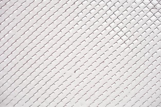 Un esclave en maille fortement couvert de neige. cellules faites de neige et de fil. beau fond intéressant.