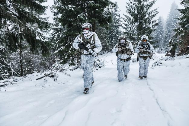 Escouade de soldats en forêt d'hiver