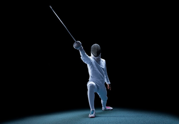 L'escrimeur avance avec une épée à la main