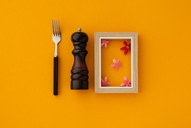 Espace abstrait nourriture avec fourchette et moulin à poivre sur fond jaune