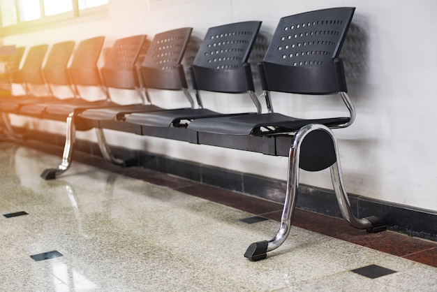 Espace d'attente avec rangée de chaises dans le coin salon
