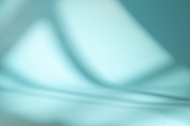Espace bleu avec lumière et ombre de la fenêtre