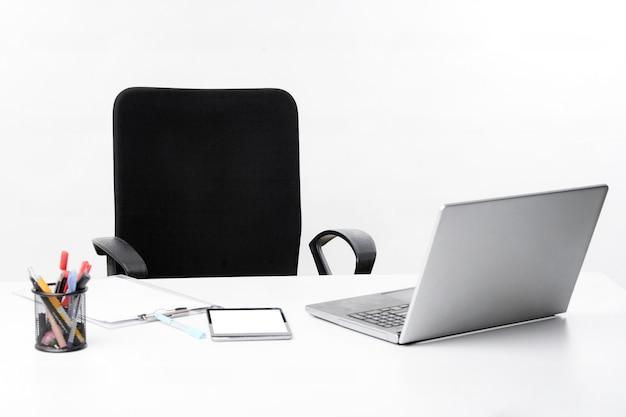 Espace de bureau vide pendant que l'agent travaille à domicile pour éviter le virus corona.