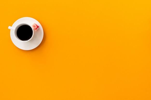 Espace café sur fond jaune