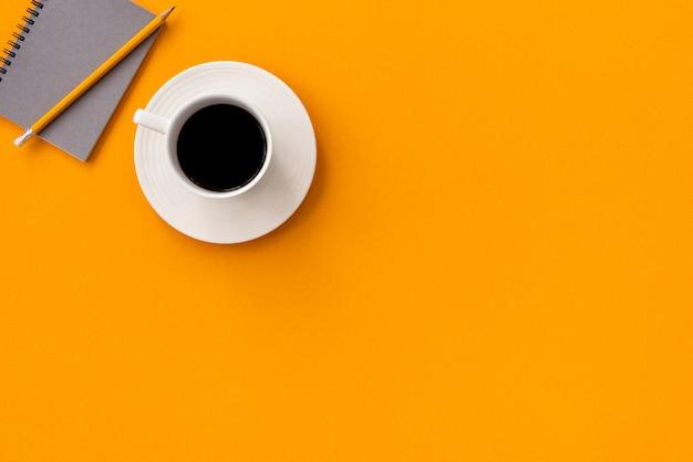 Espace café noir avec note et crayon