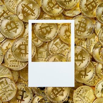 Espace de conception sur un tas d'argent bitcoin