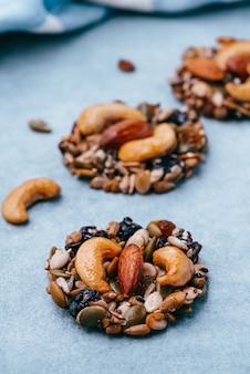 Espace cookie grains entiers toile de fond bleu