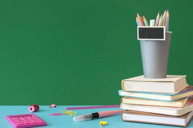 Espace de copie d'accessoires d'école de jour de l'enseignant heureux