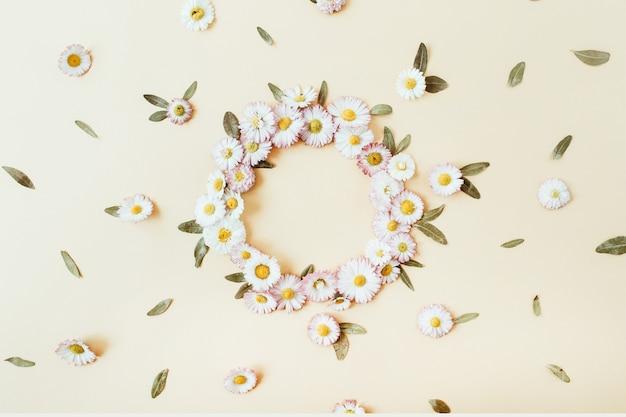 Espace de copie de cadre de guirlande ronde maquette. fleurs de camomille marguerite