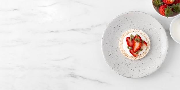 Espace de copie de collation de fruits fraises à plat