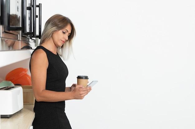 Espace de copie avec une femme tenant un café