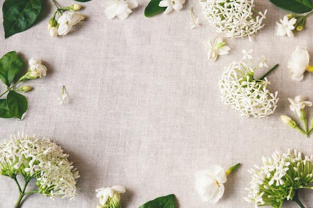 Espace de copie de fleurs blanches
