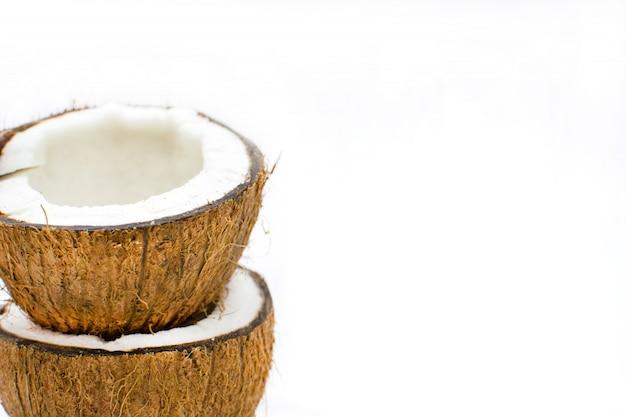L'espace de copie isolé de noix de coco en deux