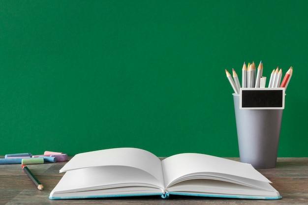 Espace de copie de livre ouvert concept de jour de l'enseignant heureux