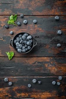 Espace copie de mise en page avec des ingrédients alimentaires, sur le vieux fond de table en bois foncé