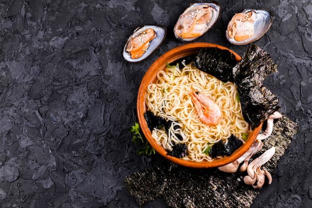 Espace de copie de nouilles aux fruits de mer délicieux