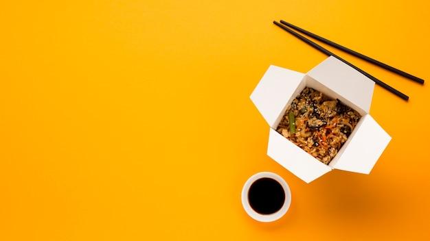 Espace de copie avec un plat chinois cuit